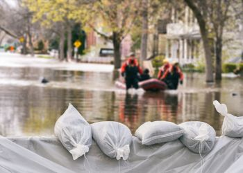 Flood protection sandbags homes respond i Stock 840710978